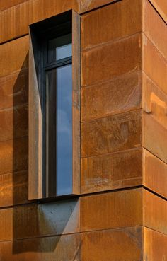 Situated on the ravine of Cedarvale Park in Mid-town Toronto, a futuristic home makes a statement within the quiet neighbourhood. Designed by TACT Design, the CorTen clad facade adds a sculptural quality to the minimalist design. House Cladding, Metal Cladding, Exterior Cladding, Exterior Signage, Facade House, Facade Design, Exterior Design, Exterior Colors, Renovation Facade