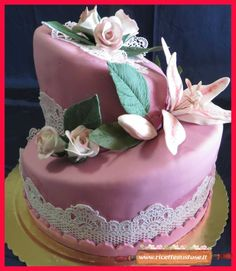 Torta wonky rose e lilium pasta di gomma e pasta di zucchero. #tortedecorate #pastadizucchero #gumpaste #pastadigomma #ricettedolci #dolcidecorati #ricettegustose Recipe Sharing, Fondant Cakes, Gum Paste, Carne, Birthday Cake, Desserts, Cake With Flowers, Descendants Cake, Recipes