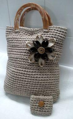 La Girandola Creativa: Borsa uncinetto di fettuccia con fiore di zip! ༺✿ƬⱤღ www.pinterest.com...