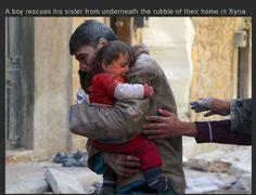 Un joven rescata a su hermana de los escombros por bombas en Siria.