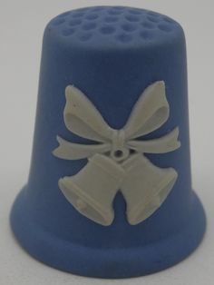 Dedal Christmas 1982. Wedgwood. Blanco sobre azul jasperware. Inglaterra. Thimble-Dedal-Fingerhut. Sewing Kits, Sewing Tools, Sewing Notions, Hand Sewing, Snow Pictures, Sewing Accessories, Hat Pins, Wedgwood, Pin Cushions