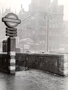 """vintageeveryday: """" 31 black and white photos show King's Cross-an inner city area of London in the """" London Underground Tube, London Underground Stations, Swinging London, Black And White Aesthetic, London History, U Bahn, London Photography, Old London, London Photos"""