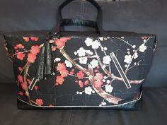 Sac Java noir à fleurs japonaises cousu par Sylvie - Patron Sacôtin
