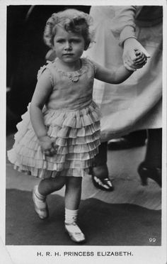 The princess Elizabeth II in a party dress in Child of future King George VI & Queen Elizabeth. Prinz Philip, Prinz William, George Vi, Princess Margaret, Princess Charlotte, Princess Beatrice, Young Queen Elizabeth, Lady Elizabeth, Die Queen
