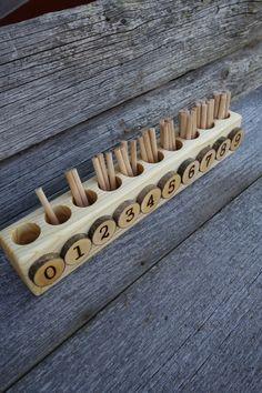 Se trata de una versión alternativa de la caja de eje original de Montessori.  Es pequeño y perfecto para uso en el hogar donde cada pulgada de espacio. Mide 12 pulgadas de largo y los ejes son de 3 pulgadas de largo.  Se incluyen los ejes de las 45.  Nuestro poco de 4 años tiene un periodo de matemáticas ahora y vi la necesidad de la caja del huso, pero no queremos comprar uno original. Toma mucho espacio y no tenemos, así que creamos una nueva versión de la caja del huso.  Nuestros niños…