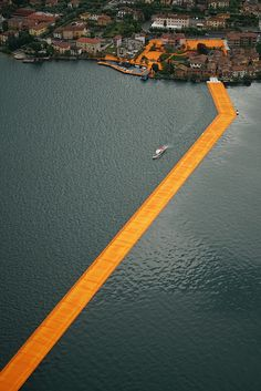 ponton flottant recouvert de tissu orangé - un projet écologique signé Christo