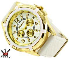 Γυναικείο ρολόι, με κάσα σε χρυσό και λευκό και κλασσική γραμμή  στο εσωτερικό του.  Λουράκι σε λευκό χρώμα από σιλικόνη. Διάμετρος καντράν 44 mm