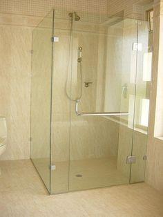 La tendencia en Europa para baños son los canceles de vidrio templado.