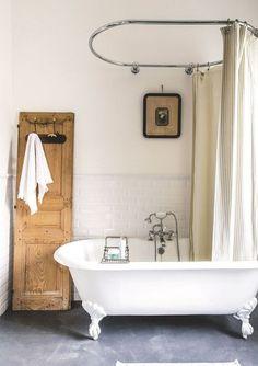 Une salle de bains blanche au look rétro