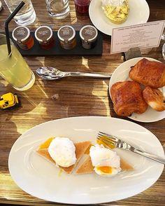 Bom dia com o melhor café de manhã de Courchevel: o do @hotelbarrierelesneiges com viennoiseries (croissants pains au chocolat e pains aux raisins) cinco tipos de ovos (mexidos à la coque omelettes - com trufas ou caviar - au plat e poché) peito de porco defumado sucos de todos os tipos pães com e sem glúten pancakes crepes geleias da luxuosa @alain_milliat e até champanhe @veuveclicquot. É isso: aqui o luxo se sente no serviço e atendimento tudo está ao alcance das mãos. Veja mais no…