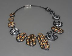 For this necklace I used African style mud cloth canes inspired by Donna Kato and polygon die forms from Dan Cormier. Für diese Halskette habe ich Mud Cloth Canes nach Donna Kato verwendet, in Kombination mit den neuen polygonen Formen von Dan Cormier.