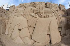 Sandskulptur: Julekrybbe med de tre vise menn på Canteras-stranden i Las Palmas julen 2012. Foto: Hugo Ryvik