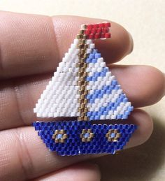 Tiens bon la vague et tiens bon le vent, hisse et ho, Santiano 🎶⛵️ Beaded Jewelry Patterns, Beading Patterns, Rose Moustache, Seed Bead Crafts, Peyote Beading, Beaded Animals, Beaded Ornaments, Bijoux Diy, Seed Bead Earrings