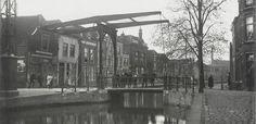 Koningsbrug over de Raam. Deze enkele ophaalbrug, die ook wel Roobrug werd genoemd (waarschijnlijk naar de kleur), dankte zijn naam aan de oude Koningstraat, zoals de Raam vroeger werd genoemd. De Koningsbrug lag over het water van de Raam tegenover de Aaltje Bakstraat en de Vlamingstraat.