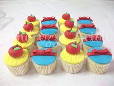 Cups branca de neve... Snow White Cupcakes, Mini Cupcakes, Show White, Princesas Disney, Fondant, Biscotti, Candy, Cookies, Desserts
