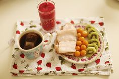 Crisp bread w turkey pastrami, physalis, sliced kiwi, raspberry/pineapple smoothie, tea