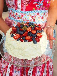Pikakakku: Vaniljainen Mansikkakakku | Annin Uunissa Just Eat It, I Want To Eat, Party Cakes, Food Inspiration, Sweet Treats, Strawberry, Birthday Cake, Cupcakes, Baking