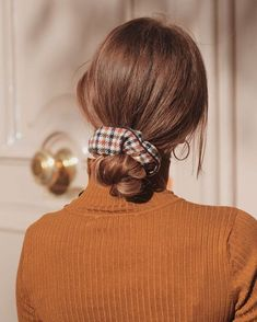 12 Ways to wear scrunchies – How To Wear a Scrunchie, scrunchie bun, scrunchies, tartan scrunchie ,how to use a scrunchie to make a bun Source by haney_rose_ Messy Hairstyles, Pretty Hairstyles, Scrunchy Hairstyles, Hair Day, My Hair, Hair Inspo, Hair Inspiration, Cabelo Inspo, Grunge Hair