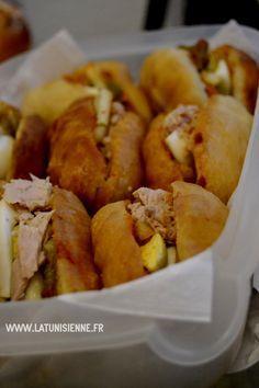 Ahhh le fricassé tunisien… la star des en-cas en Tunisie. Une petite faim, ne cherchez pas : il y aura toujours au coin d'une rue de Tunisie un vendeur ambulant de fricassés. Pour 500 m…