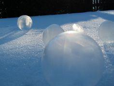 Ein großartiges Experiment Im Netz kann man z. Zt. viele Videos ansehen, in denen Seifenblasen zum gefrieren gebracht werden. Passende T...