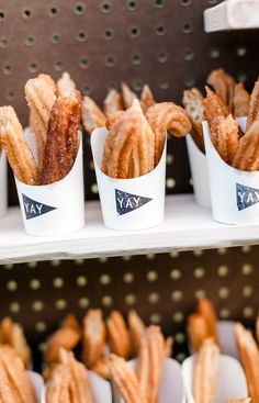 Churros in To-Go-Behältern - Wedding ideas - Dessert Dessert Bar Wedding, Wedding Reception Food, Wedding Sweets, Wedding Ideas, Wedding Catering, Churros, Party Food Containers, Carnival Party Foods, Fiesta Party