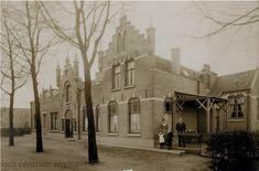 De Locht in #Veldhoven omstreeks 1912. Woning en postkantoor van Jacobus Anspach, die met vrouw en kinderen poseert. In het midden, tussen de bomen, was het postagentschap gevestigd. Het gebouw was voorheen een linnenfabriek. De torentjes en trapgevels werden in opdracht van Anspach gebouwd.