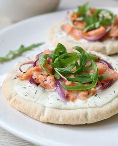 Lekker hapje voor het weekend: Pita-Pizza's! Snel klaar en super leuk om te maken, want je kan eindeloos variëren!Ik ging vandaag voor gerookte zalm, want pizza en zalm is een gouden combi a…