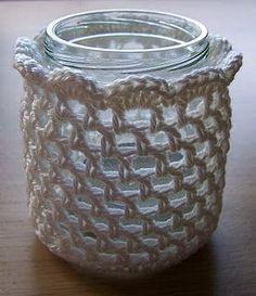 crochet over jar Mason Jar Candles, Mason Jar Crafts, Diy Candles, Crochet Home, Love Crochet, Crochet Yarn, Crochet Jar Covers, Knooking, Crochet Accessories