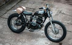 I love this Yamaha SR250 SE #BratStyle by Hookie Co. Preciosa esta #Yamaha con un aspecto despejado, minimalista y elegante. Muy bueno el depósito peanut | caferacerpasion.com