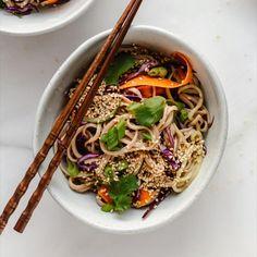 Healthy Noodle Recipes, Salad Recipes, Vegetarian Recipes, Cooking Recipes, Vegan Recipes Red Cabbage, Soba Salad, Noodle Salad, Soba Recipe, Spicy Peanut Sauce