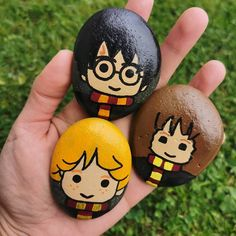 Another Harry Potter and friends set I've done for a big HP fan. Paint Pens For Rocks, Painted Rocks Craft, Hand Painted Rocks, Rock Painting Patterns, Rock Painting Ideas Easy, Rock Painting Designs, Harry Potter Christmas, Harry Potter Birthday, Harry Potter Diy