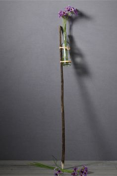 Outdoor wedding aisle decor : Yard stake with recycled bottle for flowers ! Easy to DIY
