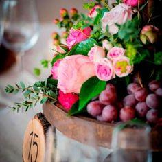 Wedding-detalle-de-numeracion-de-mesas-Atipica-con-centros-de-flores-y-uvas-de-estilo-rustico-con-madera Pamplona, Glass Vase, Table Decorations, Ideas, Plants, Furniture, Home Decor, Rustic Style, Event Management Company