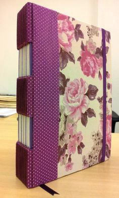 Caderno Florais Roxo - costura Butonholle Longstitch e lombada com duplo furo.