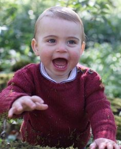 Kate Middleton and Prince William released three new unseen photos of Prince Louis in honor of his first birthday. The pictures were posted on the official account of Kensington Palace and were clicked by the Duchess herself. Prince Harry, Uk Prince, Baby Prince, Young Prince, Prince Charles, Prince William And Catherine, Kate Middleton Et William, Carole Middleton, Anmer Hall