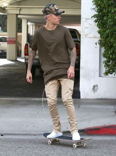 Justin Bieber & Hailey Baldwin Are 'Just Friends,' Says Her Dad Stephen Baldwin!: Photo Justin Bieber leaves Il Pastaio restaurant after grabbing a bite to eat on Sunday (January in Beverly Hills, Calif. Justin Bieber Photos, Style Justin Bieber, Justin Bieber Outfits, Justin Bieber Wallpaper, Justin Bieber Fashion, Mode Streetwear, Streetwear Fashion, Khaki Pants Outfit, Moda Blog