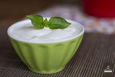 Esta maionese vegana de alho é um ótimo acompanhamento para petiscos, pães, saladas! É uma receita rápida e versátil! Você pode temperá-la com o que quiser, seja tomate seco, ervas, cebola, azeitonas.Caso queira que ela encorpe mais facilmente, bata 2 colheres de sopa de sementes de linhaça e deixe de molho em 6 colheres de sopa de água, por 15 minutos. Aí adicione o leite de soja, e faça a receita como foi descrita.