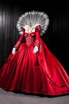 Evil Queen Ball Gown Swarovski in Mirror Mirror, by costume designer Eiko Ishioka Historical Costume, Historical Clothing, Beautiful Costumes, Beautiful Dresses, Moda Medieval, Eiko Ishioka, Hollywood Costume, Queen Costume, Fantasy Costumes