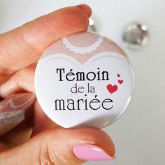 Badges mariage: cadeau témoin de la mariée, version bustier de mariée.
