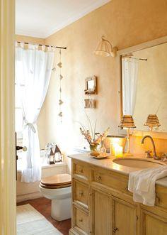 Baño en color crema con bajolavabo restaurado. Un baño cálido