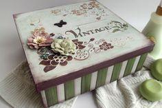 Belíssima caixa em mdf pintada no estilo vintage. Foi trabalhada com pintura em stencil, pátina, aplicações de flores artesanais e strass. Ideal para organizar objetos variados, além de decorar o ambiente.