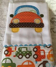 26 best ideas for embroidery designs baby burp cloths Baby Embroidery, Embroidery Monogram, Machine Embroidery Applique, Burp Cloth Patterns, Applique Patterns, Baby Burp Cloths, Baby Bibs, Patchwork Baby, Baby Pillows