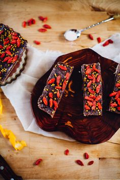 Raw Goji Cacao Brain Booster Bars (Vegan, Gluten Free) via will frolic for food // Pinned with Ani in mind. Raw Vegan Desserts, Raw Vegan Recipes, Vegan Sweets, Healthy Sweets, Healthy Baking, Vegan Gluten Free, Delicious Desserts, Snack Recipes, Dessert Recipes