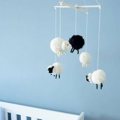 for me has a great craft idea for you: craft a baby mob yourself . for me has a great craft idea for you: craft a baby mobile for your little darling yourself! Knitting Blogs, Baby Knitting, Homemade Baby Mobiles, Diy Mobile, Baby Crafts, Diy And Crafts, Knitted Hats Kids, Diy Bebe, Baby Zimmer