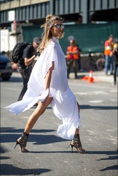 Flowy white Maxie duster and those shoes.street look fashion week spring 2016 Street Style Outfits, New York Fashion Week Street Style, Nyc Fashion, Mode Outfits, Fashion Weeks, White Fashion, Look Fashion, Swag Fashion, Nyfw Street Style