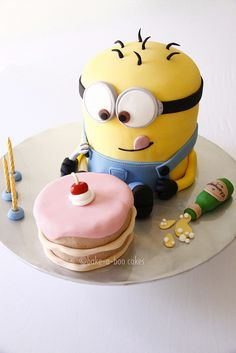 This is the cutest Minion Cake from Despicable me. I think I would do rainbow cake for the minion and red velvet for the mini cake. Minion Torte, Bolo Minion, Cake Minion, 3 Minions, Minion Cup, Minion Twinkies, Pretty Cakes, Cute Cakes, Pastel Minion