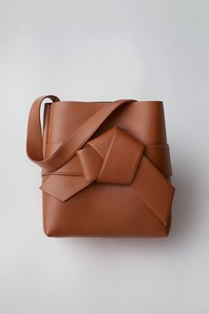 Acne Studios Musubi Shopper cognac brown is a large shopper based on the knot in a traditional Japanese obi sash.