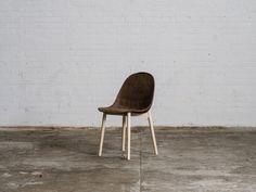 De Deense ontwerpers Jonas Edvard en Nikolaj Steenfatt hebben een project ontwikkeld waarbij ze op zoek zijn naar lokale materialen om producten mee te maken. Ze kwamen bij zeewier en gerecycled papier en hebben hiermee een stevig en duurzaam materiaal ontwikkeld.