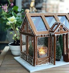 Has it come to your mind that gelatin leaves could be used that way - this lovely Christmas gingerbread house has true windows nos. Just amazing! Gingerbread House Designs, Christmas Gingerbread House, Noel Christmas, Christmas Desserts, Christmas Treats, Christmas Baking, All Things Christmas, Winter Christmas, Christmas Cookies