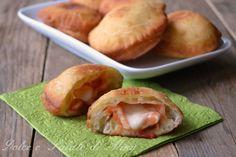 Le pizzette ripiene, preparate con un impasto lievitato, si possono cuocere fritte o al forno, ottime sia calde che fredde.